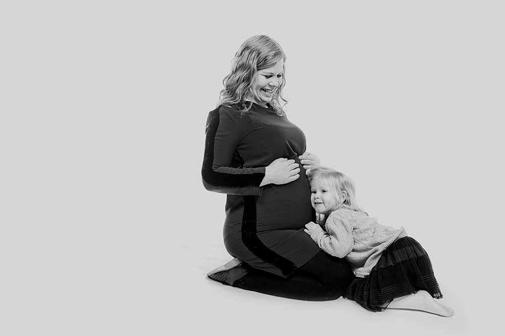 Vi fotograferer altid gravid- og boudoirbilleder i rolige og trygge omgivelser, hvor du kan føle dig tryg.